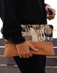 La Urban Savannah è una pochette in morbidissima pelle e in gobelin jungle con chiusura a zip dorata, foderata internamente con fodera in cotone e poliestere nero con taschino interno in gobelin jungle completamente lavorata a mano. #new #pochette #clutchbag #shopping #spring http://www.landandsea.eu/shop/bag/urban-savannah-pochette/