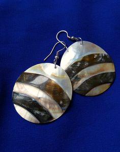 Kézműves kagyló fülbevalók Lombok szigetéről. Még több darabért klikk a képre: Lombok, Drop Earrings, Beautiful, Jewelry, Jewellery Making, Jewerly, Jewelery, Drop Earring, Jewels