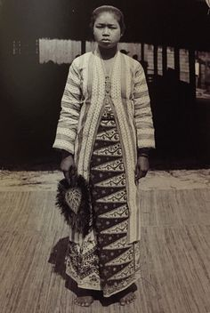 Indonesian woman in a traditional outfit at the 1889 World Fair in Paris. Love the feathered fan also! Vintage Photos Women, Vintage Photographs, Indonesian Women, Minangkabau, Vintage India, Javanese, Asian History, Lineage, Kebaya
