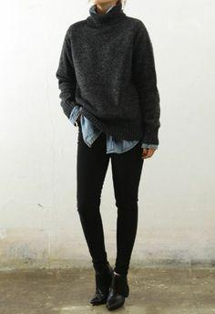 une combinaison très chic, large chemise en jean et pull en laine à col roulé, slim noir et bottines en cuir