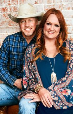 """We see """"The Pioneer Woman"""" Ree Drummond and her husband, Ladd, on her Food Netwo. - We see """"The Pioneer Woman"""" Ree Drummond and her husband, Ladd, on her Food Netwo… - The Pioneer Woman, Pioneer Woman Kitchen, Pioneer Woman Recipes, Pioneer Women, Ree Drummond Husband, Ladd Drummond, Drummond Ranch, Pioneer Woman Meatloaf, Richard Gere"""