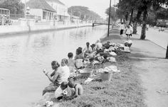 Para wanita mencuci pakaian, Jakarta 1949