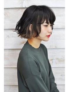 この画像のページは「黒髪でもかわいくお洒落ヘアに!インナーカラーのヘアスタイル」の記事の8枚目の画像です。黒髪×アッシュグレーカジュアルストリートをイメージしたボブヘアスタイルです。 ふわっと空気を含んだ髪型に合わせたインナーカラーは、黒髪になじみのいいグレーを合わせて透け感をプラス! ウェットな質感と外はねウェーブがさらにお洒落に仕上げてくれています1関連画像や関連まとめも多数掲載しています。