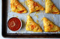 Cheesy Chicken Pizza Pockets -Skip the slice in favor of quick and easy pizza pockets filled with chicken, cheese and your choice of veggies. Cheesy Recipes, Pizza Recipes, Cooking Recipes, Best Homemade Pizza, Homemade Marinara, Chicken Pizza, Cheesy Chicken, Rotisserie Chicken, Football Party Foods
