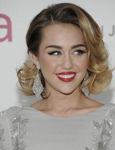 A Miley Cyrus no creemos que le favorezca mucho. Le hecha muchos años encima, pero es un peinado sofisticado de inspiración años 20. Se hacen también con ondas al agua, pero si te das maña con las planchas, puedes conseguirlo también. Eso sí, necesitarás fijación.