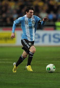 Lionel Messi botar el balón