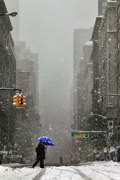 Christophe Jacrot - Winter in Town (New York City). The Snow, Winter Szenen, I Love Winter, Winter Light, Saul Leiter, New York Photographie, Christophe Jacrot, Cool Pictures, Cool Photos