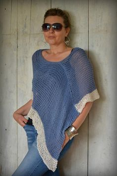 Hand knit cotton lightweight poncho Boho style Summer section of information related to. Boho Fashion Summer, Knitted Cape, Crochet Poncho, Blue And White Jeans, Blue Denim, Summer Knitting, Hand Knitting, T-shirt Und Jeans, Boho Stil
