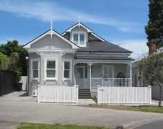 House near our place in akld - love! Don't want double story Bungalow Exterior, Cottage Exterior, House Paint Exterior, Exterior House Colors, Exterior Design, Beautiful Villas, Beautiful Homes, Auckland, Outdoor Paint Colors