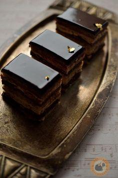 A francia cukrászat egyik nagy klasszikusa a többrétegű Opera-szelet: mandulalisztes joconde piskótalapok között kávés francia vajkré...