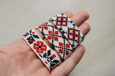 Bratara handmade din margele cu model folcloric - vanduta Beaded Embroidery, Hand Embroidery, Handmade Bracelets, Handmade Jewelry, Native American Crafts, Indian Crafts, Bead Loom Bracelets, Filet Crochet, Loom Beading