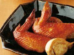 [手羽先のにんにくじょうゆ焼き] 料理レシピ みんなのきょうの料理 手羽先10本に対して、醤油・酒を各1/4c、ニンニク2かけ。2〜5日つけ込み、グリルで焼く。