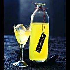 Limoncello maison - Cuisine et Vins de France - 6 citrons de Menton de préférence (à défaut, Bio) 50 cl d'alcool à 90° 500 g de sucre en poudre 75 cl d'eau minérale (type Evian)