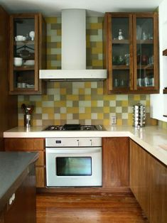 Get all the info you'll need on self-adhesive backsplashes, and prepare to add an easy-to-install, efficient and attractive backsplash in your home.