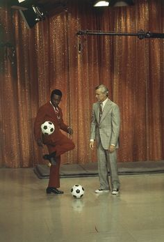 Pele on The Tonight Show with Johnny Carson, 1973 Johnny Carson, Here's Johnny, School Football, Football Soccer, North American Soccer League, Sport Club Corinthians, Most Popular Sports, Tonight Show, Sports Figures