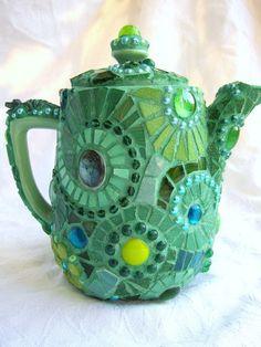 Dieser Mosaik Teekrug ist in einer sehr aufwändigen Technik über und über mit grünem Mosaik verziert.  Höhepunkte sind u.A. ein kleiner Glasfrosc...