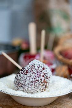 Glaserede æbler med kokosmel. Kandiderede æbler er nemme at lave når man kender nogle få vigtige tips og tricks. Få dem allesammen i opskriften hos Marinas Mad Food N, Christmas Baking, Sweets, Snacks, Gummi Candy, Candy, Goodies, Treats, Postres