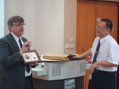 Prof. Paul Davenport收到我們贈送的玫瑰石畫樂開懷!