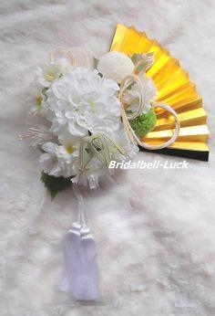 造花とプリザーブドフラワーの和装ブーケです。扇の大きさを含めて縦約27cm(房除く)×横約24cmです。大きさは前後致します。扇付きです。プリザーブドフラワー・・・マム造花・・・ダリア・八重桜・桜その…