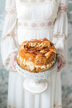 This mouthwatering cinnamon bun cake that's perfect for a brunch wedding. | 24 Wedding Cakes That Made 2016 So Much Sweeter