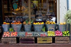 Fruit Store by Jarod Carruthers, via Flickr Fruit And Veg, Fresh Fruit, Shop Interiors, Produce Displays, Fruit Displays, Store Displays, Boutique Bio, Produce Market, Vegetable Shop