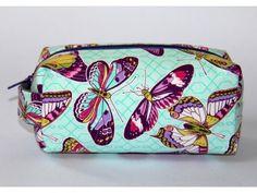 Kosmetická taštička Fialoví motýli, vyztužená, s podšívkou.