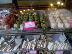 La dulcería Celaya es pequeña, pero cuenta con una variedad de dulces por encima de 90. Diez variedades de cocadas, puerquitos de piloncillo, príncipes de nuez, doraditas de higo, gaznates, reinas, suspiros, queso de tuna, piñoninas, manzanitas de limón y figuras de almendra, entre otros.
