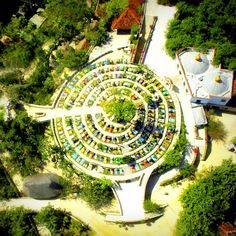 Una toma aérea de las 365 tumbas por cada día del año, 7 niveles por cada día de la semana. Una espiral que representa la eternidad, 4 ceibas que señalan los puntos cardinales.