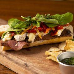 Sandwich de Lomo y Brie Gourmet Recipes, Beef Recipes, Chicken Recipes, Cooking Recipes, Healthy Recipes, Cooking Food, Gourmet Sandwiches, Buzzfeed Tasty, Deli Food