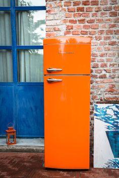 Frigo Bompani Retrò arancio, colore puro al tuo ambiente #Bompani #architettura #design #arredamento #retrò #MadeInItaly #frigoriferi #Fridge #ItalianCulture #ItalianCuisine #orange #arancio #ambient