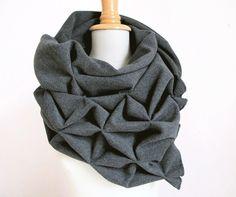 origami geométrico lana mantón - Bolero escultural superwarm - triangular 100% bufanda de lana en color gris de StAnderswo en Etsy https://www.etsy.com/es/listing/110066408/origami-geometrico-lana-manton-bolero