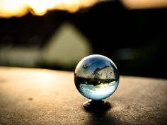 Durch die Glaskugel in eine andere Welt blicken...