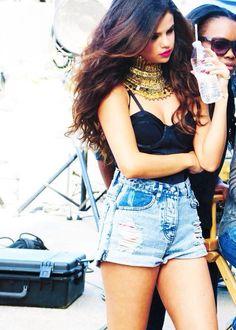 Perfect curly hair. Selena Gomez.