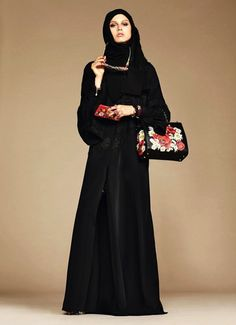 Fascinés par le Moyen-Orient, Stefano Gabbana et Domenico Dolce savent pertinemment qu'en Arabie saoudite, l'abaya est obligatoire, de rigueur dans les pays du golfe persique mais les maisons de couture et de prêt-à-porter en Europe ne prêtaient jusqu'à présent guère d'attention à ces exigences vest