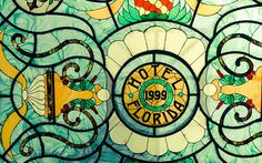 Una estatua art-decó de una hermosa mujer semidesnuda da la bienvenida a los recién llegados; la pieza es de un talento escultórico excepcional y se ha convertido en uno de los encantos distintivos del Hotel Florida. Pasando la recepción, el majestuoso pasado colonial del establecimiento se refleja en un patio interior de estilo español, donde columnas de piedra desnuda, lámparas colgantes de época y un tragaluz de cristal propician un ambiente ampliamente relajante.