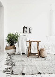 Una sala rustica y muy bohemia. Contrastando texturas. A la hora de decorar no sólo tenemos que pensar en el color sino en cómo podemos mezclar y dar vida a nuestra casa con diferentes texturas como terciopelo, lana, madera...