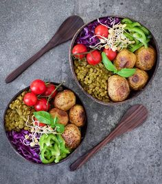 WEBSTA @ elavegan - Who wants the second buddha bowl? Just kidding as my bf ate the second one. 😁 So this was part of our lunch (we ate more which didn't fit into these cute coconut bowls though. So here we have baked mini potatoes (how adorable are they 😍), green pepper, red cabbage, lentil sprouts, cooked lentils in a curry sauce (check my blog for my curry recipe), tomatoes and basil. Nom, nom, nom! 😍We ate this after we returned home from the beach where we just went for a 10 minute…