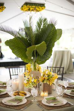Decoração de mesa com folhagem e orquídeas amarelas. #decoracao #mesas #casamento #folhagem #orquídeas