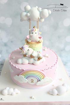Gâteau licorne pastel avec ses ballons. Parfait pour un premier anniversaire.
