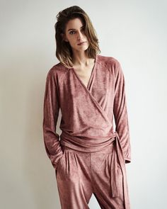 Velvet! Dusty pink long trousers which can be worn both during day time and night time. Perfectly to combine with the velvet wrap top as a co-ord.