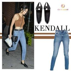 Kendall Jenner in einer Mom-Jeans mit Crop-Top und spitzen Loafers