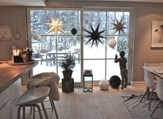 25 Most Creative DIY Christmas Dining Room Decoration Ideas To Try Christmas Interiors, Christmas Home, Xmas, Modern Christmas, Scandinavian Christmas, Dining Room Lighting, Dining Room Table, Dining Nook, Decoration Inspiration