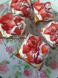 Gemakkelijke Aardbeien en Slagroom Bladerdeeeg Taartjes