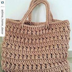 Olhem que sacola linda! Amei e vou usar como inspiração para fazer uma com fio Barroco #bolsas #bags #crochet #moda #inspiracao #boho #Repost @artima_home_decor