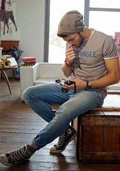 サマーニットキャップ×ロゴTシャツの着こなし(メンズ)   Italy Web