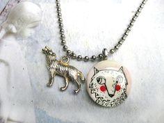 Süße, silberne Kugelkette mit kleinem Holzmedaillon, auf dem ein Wolf gezeichnet ist. Damit sich dieser nicht so einsam fühlt, wird es von einem silbe