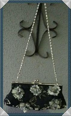 Bolsa festa em tecido aveludado estampa floral bordada com pedraria aplicação de flores em tafetá