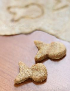 Homemade White Cheddar Vegan Goldfish Crackers by Chocolate-Covered Katie Healthy Brownies, Healthy Treats, Healthy Kids, Healthy Food, Vegan Foods, Vegan Snacks, Vegan Appetizers, Vegan Meals, Homemade Goldfish Crackers
