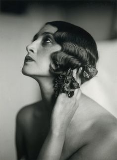 Finger waves are irresistible when done correctly.