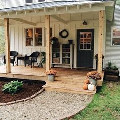 47 Stylish Diy Farmhouse Front Porch Decoration Ideas Small Front Porches, Farmhouse Front Porches, Front Porch Design, Decks And Porches, Rustic Farmhouse, Farmhouse Style, Deck Design, Porch Designs, Farmhouse Ideas